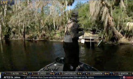 Bassmaster – St. Johns River: Walters wrangles a topwater catch