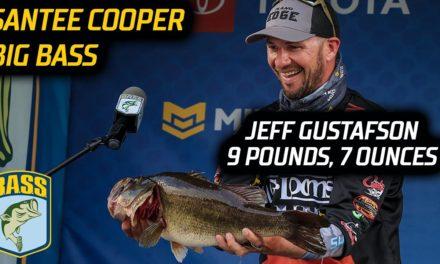 Bassmaster – Jeff Gustafson weighs a 9-7 Big Bass on Day 2 at Santee Cooper